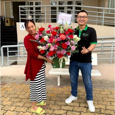Siêu Việt tặng hoa nhân viên khách hàng nhân Ngày Phụ Nữ Việt Nam 20/10